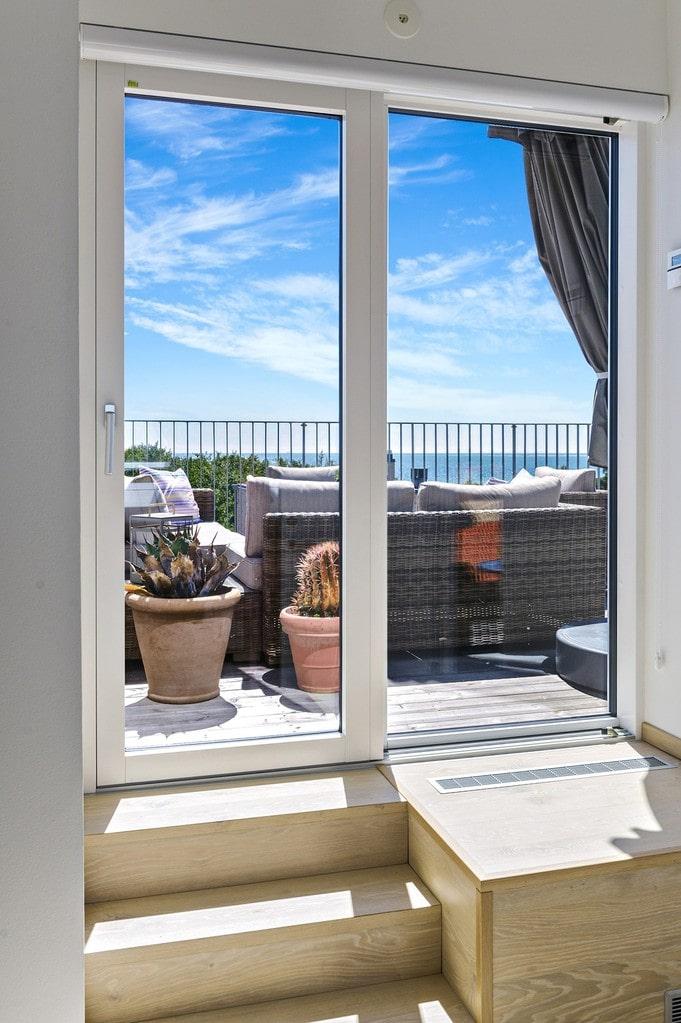 Utgång till takterrassen från master bedroom på andra plan.