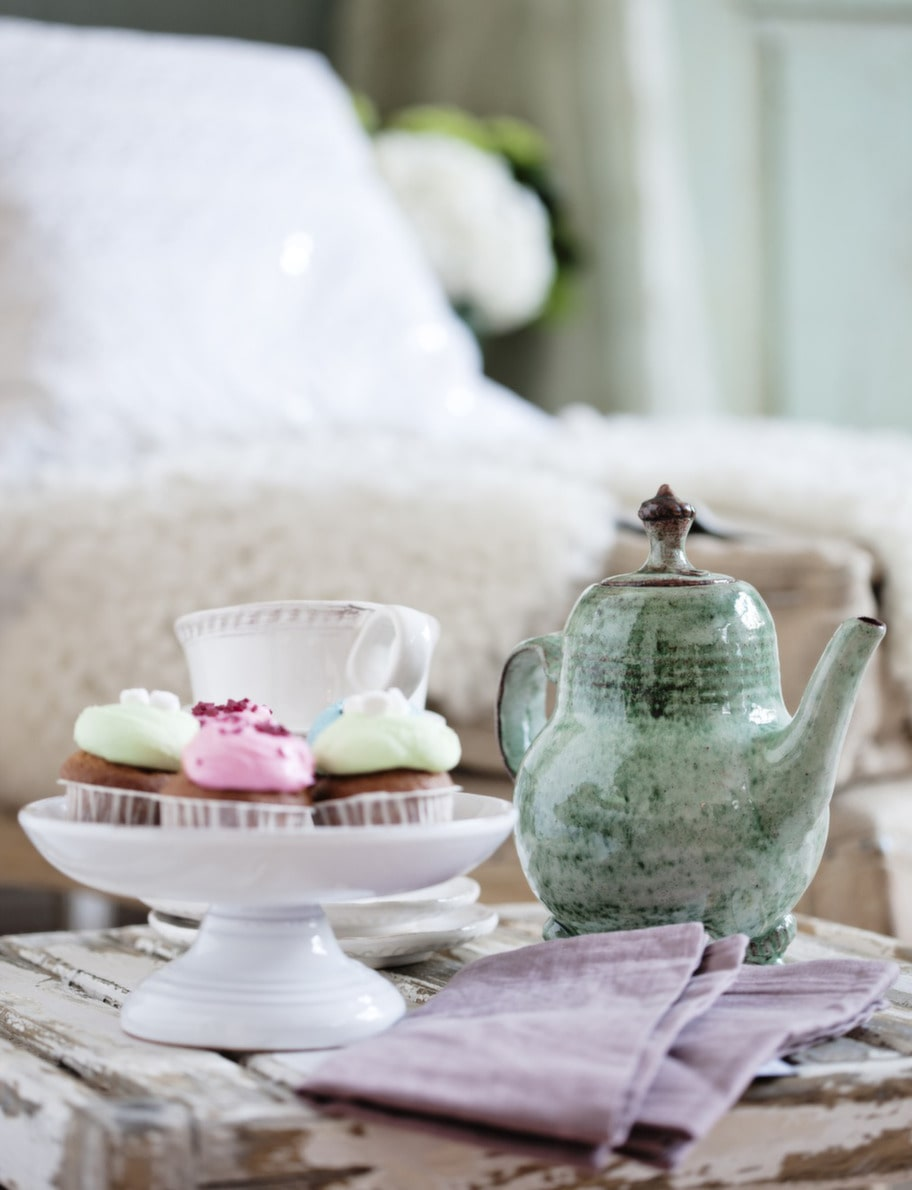 TestundFöretaget Cupcake Sthlm har bakat cupcakes, som man kan köpa på nätet. Fat, 349 kronor, tekoppar med fat, 318 kronor styck, pappersservetter, 35 kronor, allt från Pure and simple. Tekanna, 1 200 kronor, Kaolin.