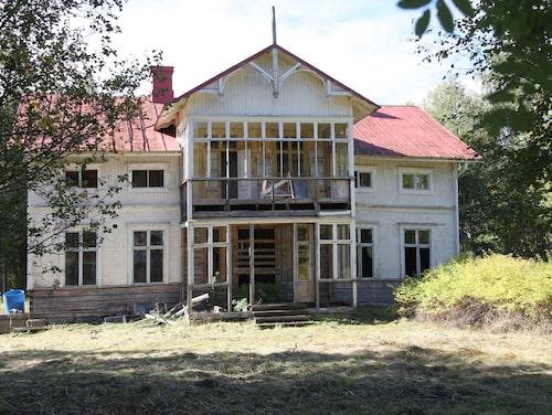 Villan i Ångermanland låg gömd bakom träd och buskar. När den kom ut på Hemnet var priset satt till 300 000 kronor.