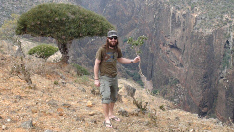 Här står Eddie vid ett bergsstup ön Socotra, som tillhör Jemen.