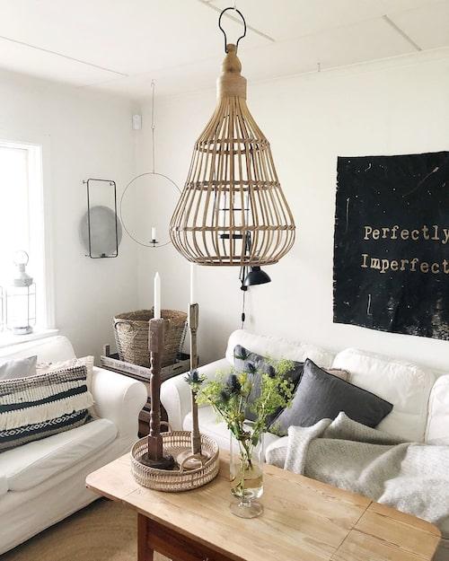Vardagsrummet är litet men fyller sin funktion. Nu är familjen på jakt efter en annan soffa.