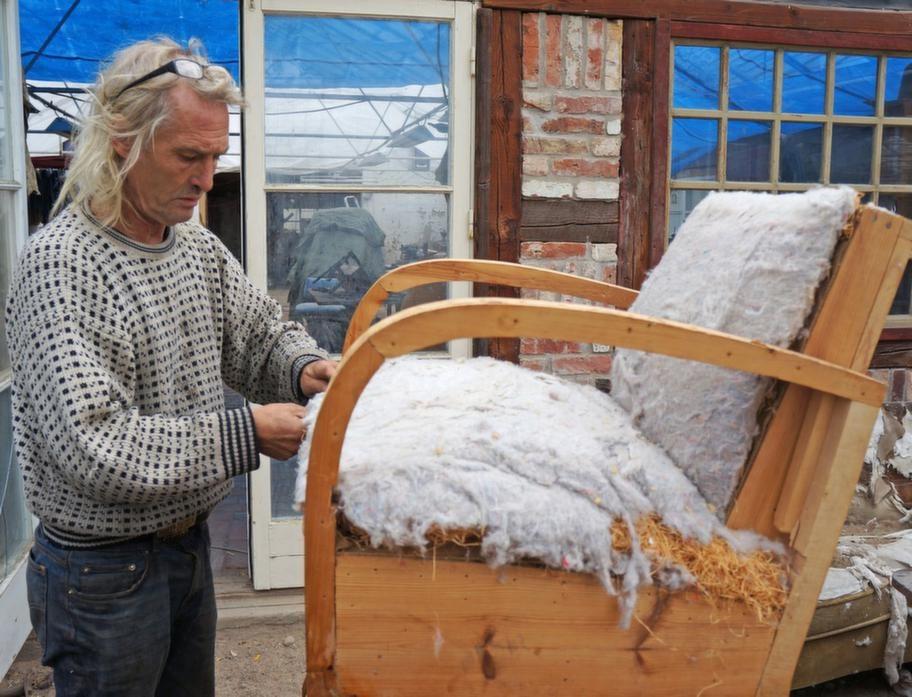 HÄNDIG. Underarbetet är viktigt. Gamla möbler har en rejäl stomme i äkta trä. Fjädrar kan knytas ihop. Eventuell sadel som lossnat får man spika fast. Finns det träull får man fördela den på nytt.Sedan är det bara för den händige att börja klä på lapptäcket.