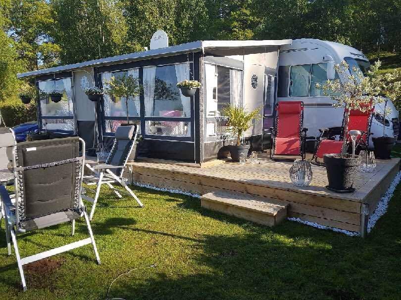 På Caravan Clubs camping i Stjärnorp, Linköpings kommun, som har ytterligare sex året runt-hushåll, har paret byggt en riktig uteterrass i trä.