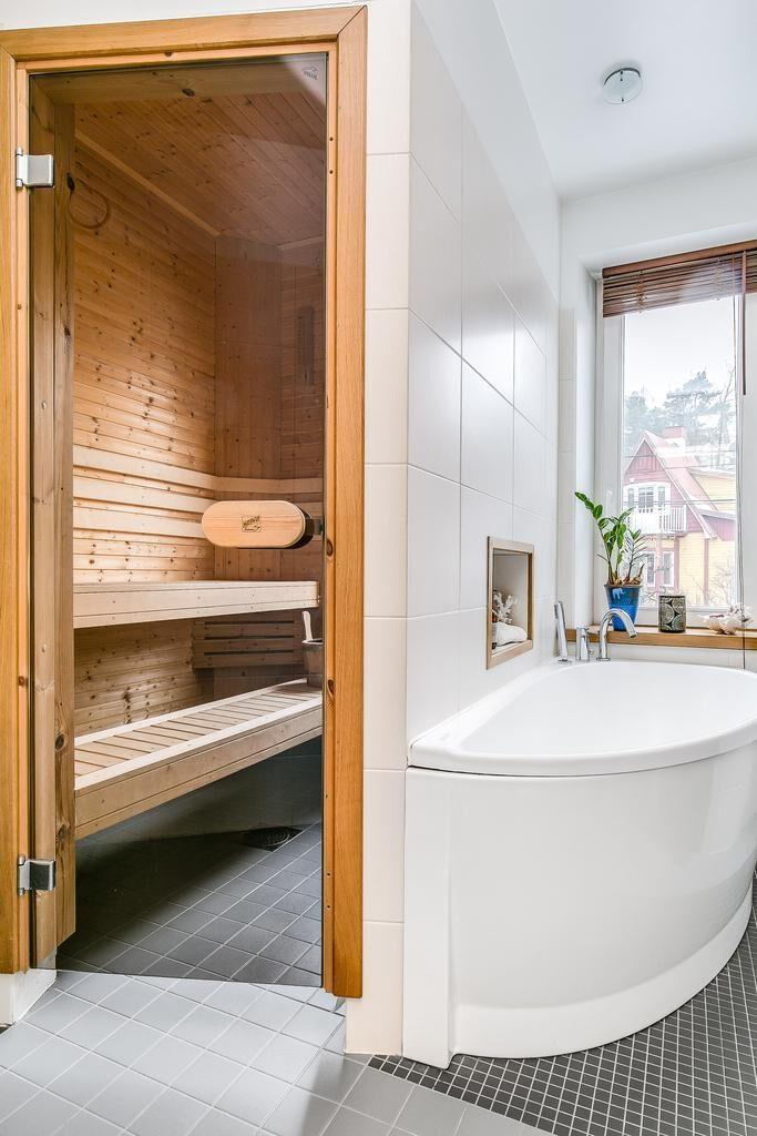 Vackert badrum med klinker och stora keramiska stenplattor. Spottar i taket.  Unik handbyggd dusch i cirkelform med mosaik och badkar intill. Handfat med infälld blandare, wc och en läcker  bastu.