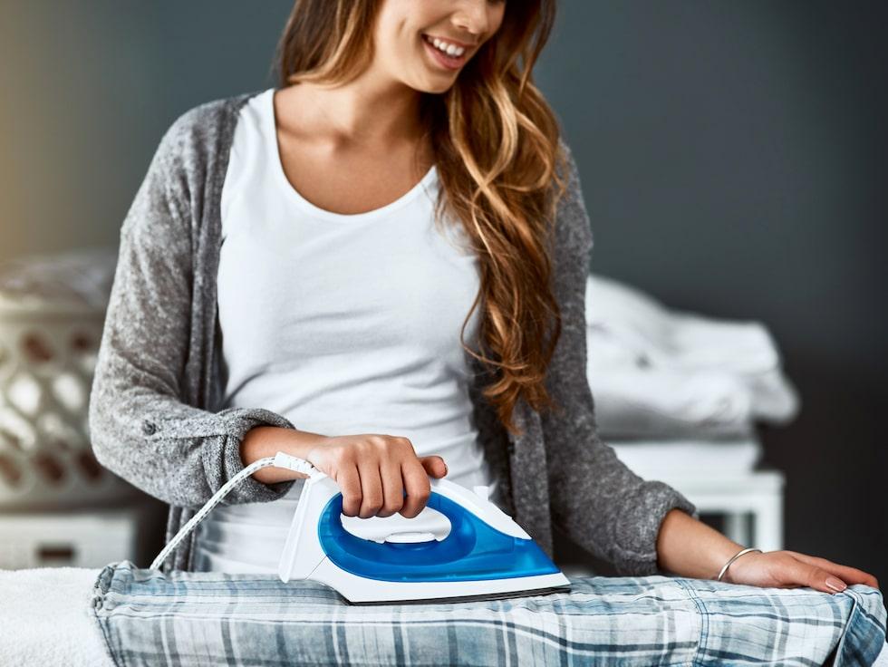 Har du ett fläckigt strykjärn som förstör dina kläder? Med vårt trick blir järnet som nytt på några minuter!
