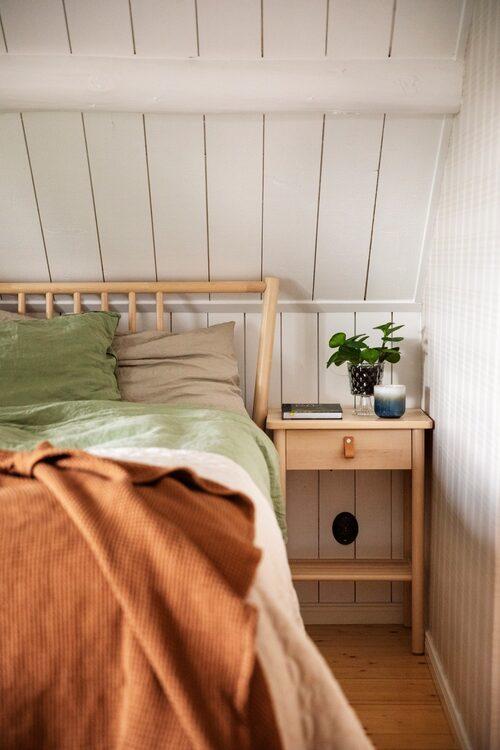 Sänggavel och sängbord, Ikea. Sängkläder, H&M Home.