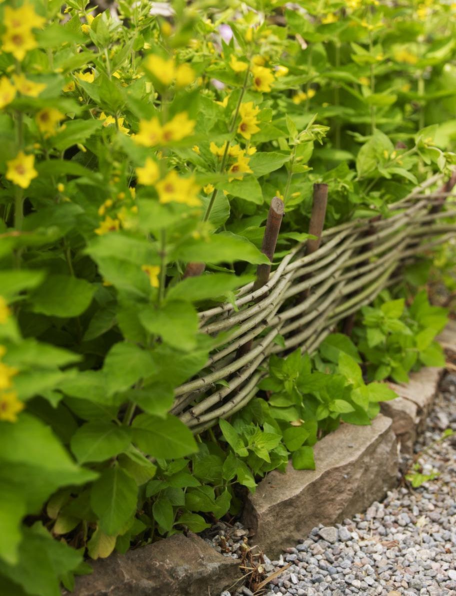 Varannan pinne framför och varannan bakom de stående pinnarna gör det lilla staketet stadigt.