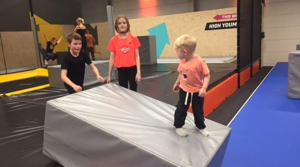 """Snart är Ivar i färd med att klättra upp och ner på stora halvmjuka """"block"""" som är utplacerade på en sviktande lång matta där gymnaster gör volt efter volt."""