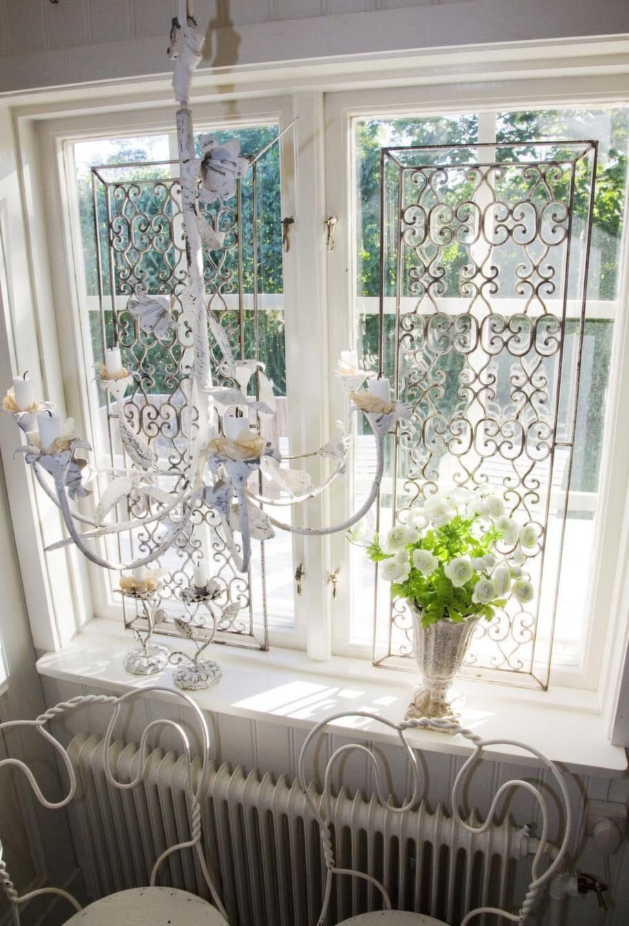 Ljusinsläpp. Storstugan har fönster–friser i järn, som fungerar som gardiner om man vill släppa in solljuset.