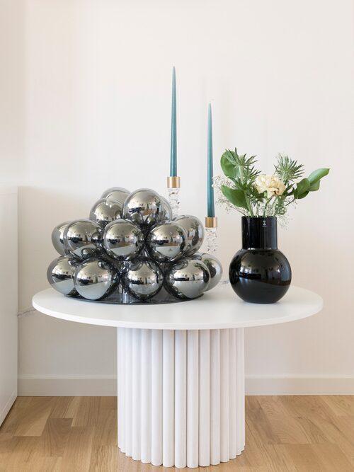 Det snygga pelarbordet är ett av Nathalies många gör det själv-projekt.Lampa, By Rydéns. Vas, Skrufs glasbruk. Ljusstakar, Orrefors.