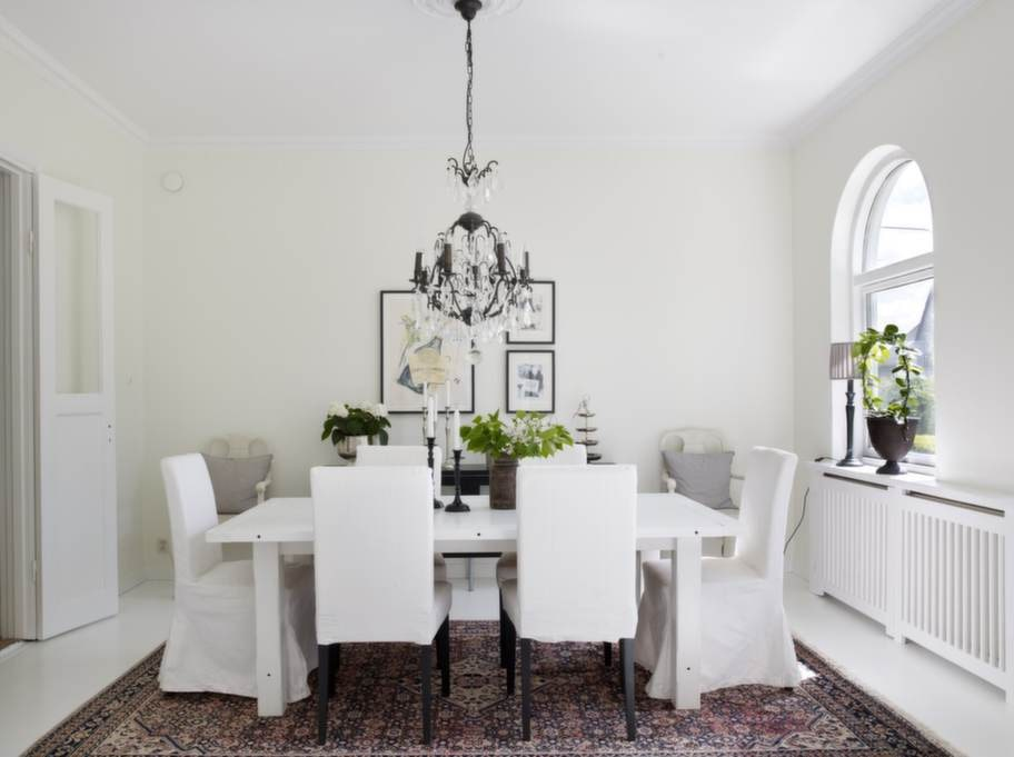 Matsalen går i vitaste vitt där mattan, som köptes på auktion för många år sedan, får skapa karaktär. Dubbeldörren intill matsalen satt tidigare uppe i sovrummet. Ljuskronan är från Frankrike, köpt på Staken & Veken I Helsingborg