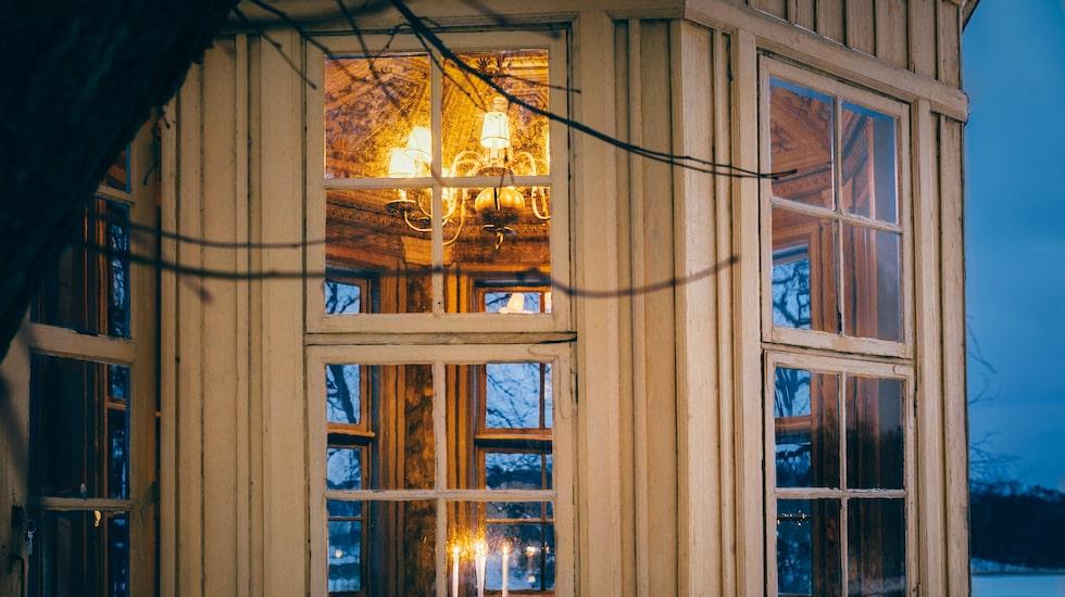 På Stallmästaregården vid Norrtull kan du njuta av en romantisk middag med utsikt över Brunnsviken.
