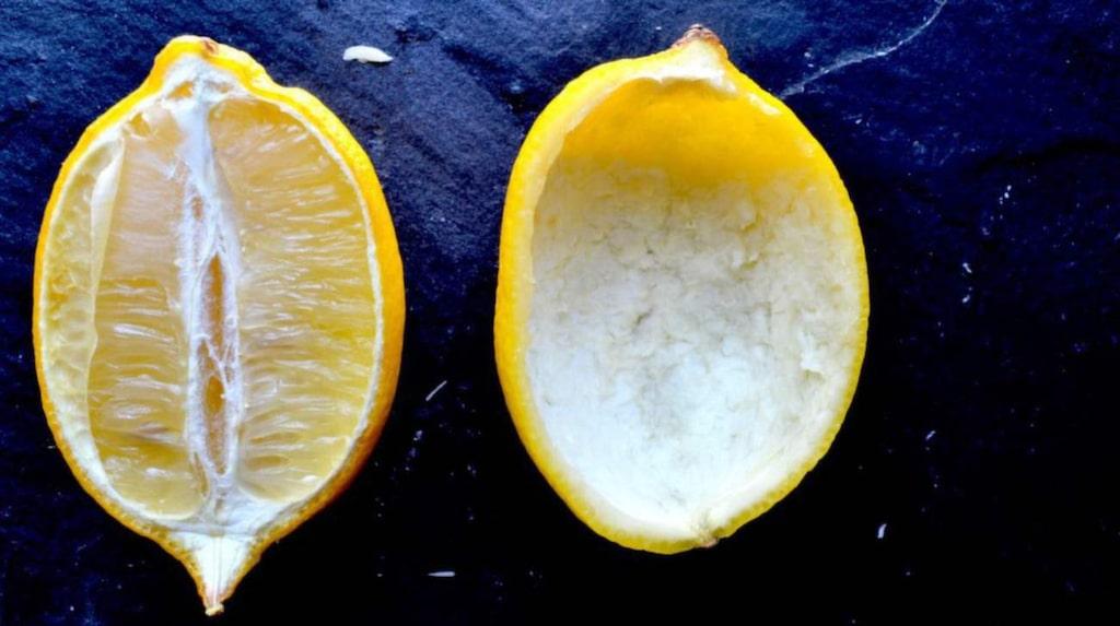 Skär citronerna i halvor och gröpa sedan ur frukten.