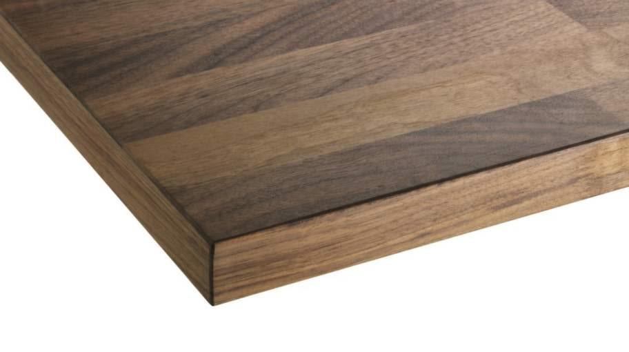 8 Bänkskiva efter behovI dag finns det en stor mängd materialval bland köksbänkskivor. Trä, sten, laminat, rostfritt stål, komposit och corian är några av dem. Fundera på vilka egenskaper du önskar på din bänkskiva. Runt spis är det till exempel bra med tåliga och lättstädade ytor. Bänkskiva Karlby i valnöt, 995 kronor, Ikea.