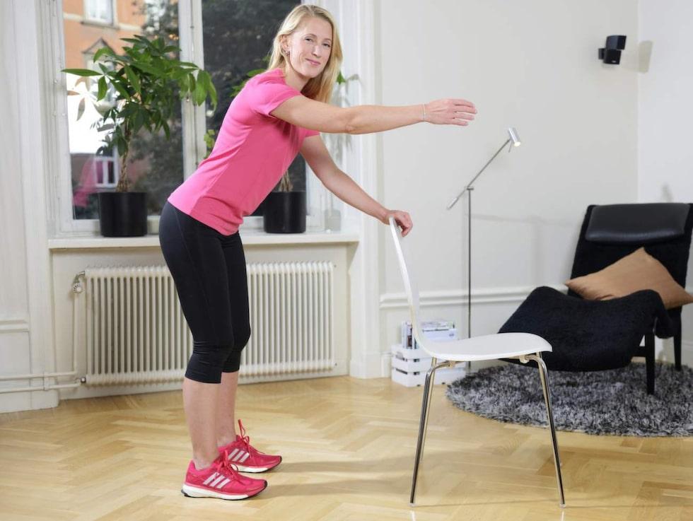 13. ArmpendlingTa stöd mot stolens ryggstöd, håll ryggen rak och låt armen hänga avslappnat rakt ned. Man kan även använda en lättare tyngd (1-2 kilo) för att skapa en större separation i axelleden. Pendla med armen framåt och därefter bakåt. Upprepa med andra armen.
