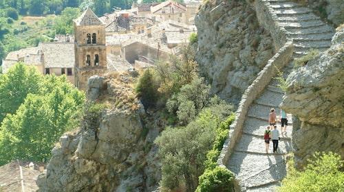 Det är härligt att gourmetvandra i Provence - här  Moustiers Montee Chapelle.