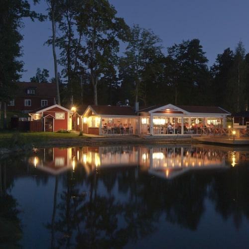 Till Sjökrogen anländer de flesta gäster med båt.