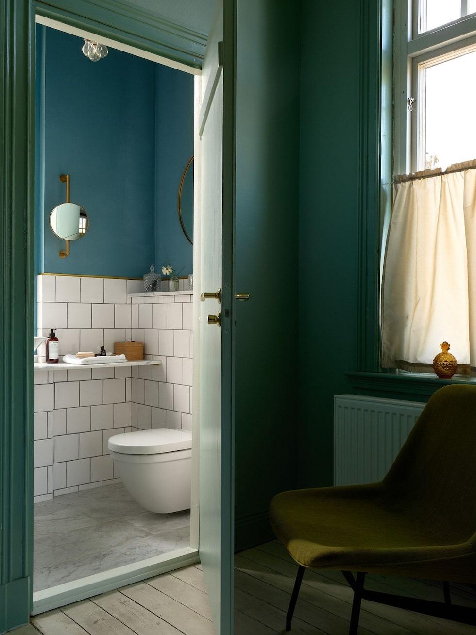 Även badrummen har starka färger. Här är badrummet på nedre plan.