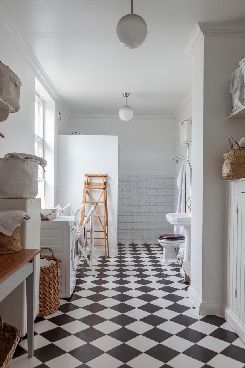 Familjens rymliga badrum på nedervåningen var från början ett kök byggt på 1970-talet. Badrummet fungerar nu även som tvättstuga.