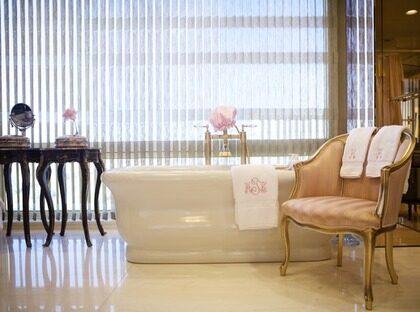 Badkaret. Paret har var sin lyxig badrumssvit med sina namn broderade på handdukarna.