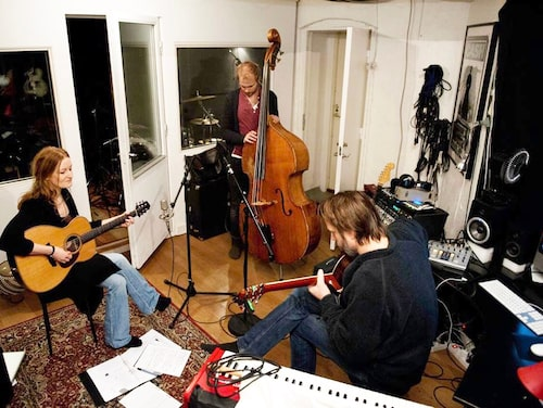 Anna Stadling i studion tillsammans med Andreas Nordell och maken Pecka Hammarstedt (ryggen till). Pecka, som drömt om att bli möbelsnickare, har bland annat byggt en kökssoffa, skåp och bokhylla till hemmet. Han säljer även egentillverkade skärbrädor.
