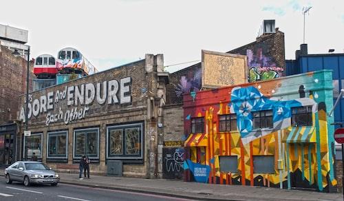 Bege dig till gamla Shoreditch Underground Station i Brick Lane i London.