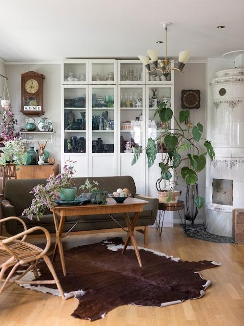 Kakelugnen är ett fynd från Peters föräldrars vind som fått nytt liv i parets hem. Alla möbler är inköpta på loppis eller auktion. Skåp Billy, Ikea.