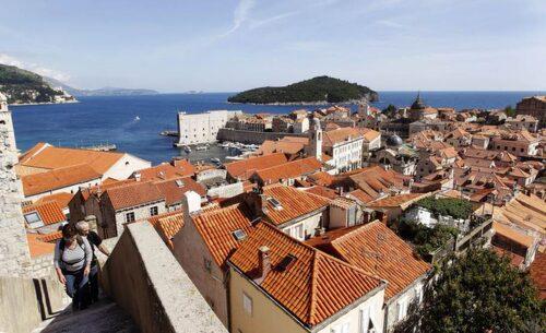 Från stadsmuren har man fin utsikt över Dubrovniks gamla stad och ön Lokrum.