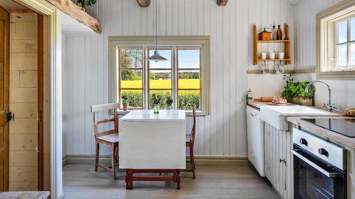Kökets nyare del har pärlspont på väggarna och har fått behålla en gammeldags, lantlig känsla.