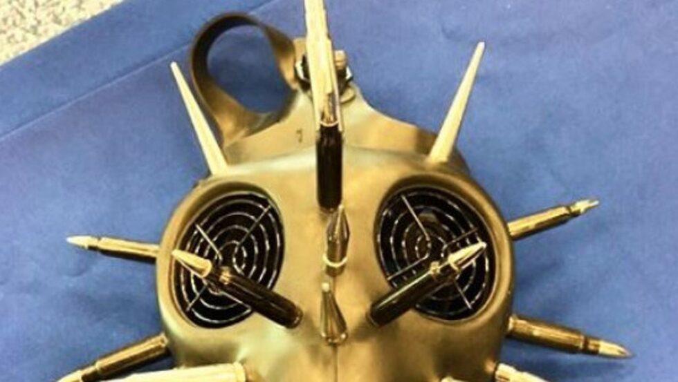 Gasmasker är okej att ta med i det incheckade bagaget, men den här avancerade gasmasken med gevärskulor försökte en resenär ta med sig i handbagaget och det är inte enligt lagen.