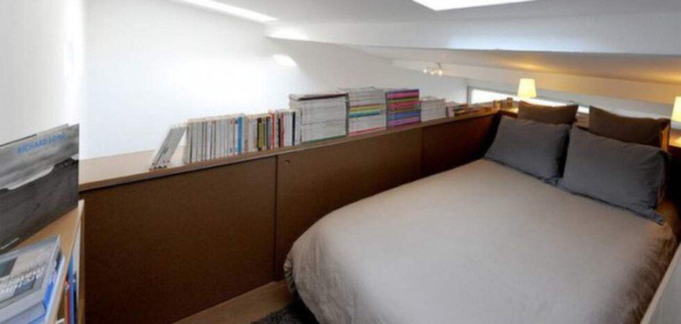 Sovrummet ligger i den utbyggda övervåningen. Här finns gott om plats för förvaring.