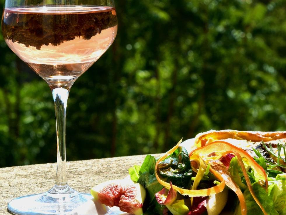 Ingenstans smakar ett glas rosé lika gott som där den ursprungligen produceras - här i Provence.