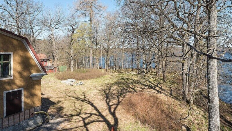 Fastigheten ligger precis intill sjön Orlången.