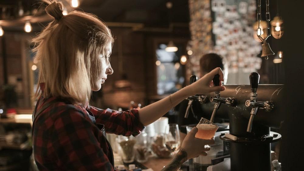 Ett kul och enkelt jobb att hålla sig flytande på under resan är som bartender.