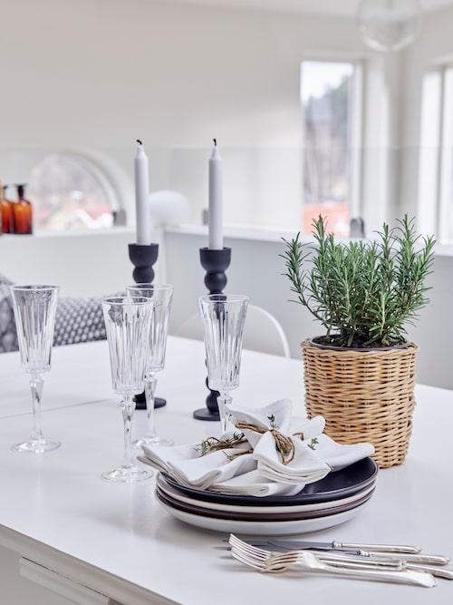 Silverbesticken och servetterna kommer från Maries mormor, gammelmormor och gammelmoster. Glas, Newport. Tallrikar, Höganäs.