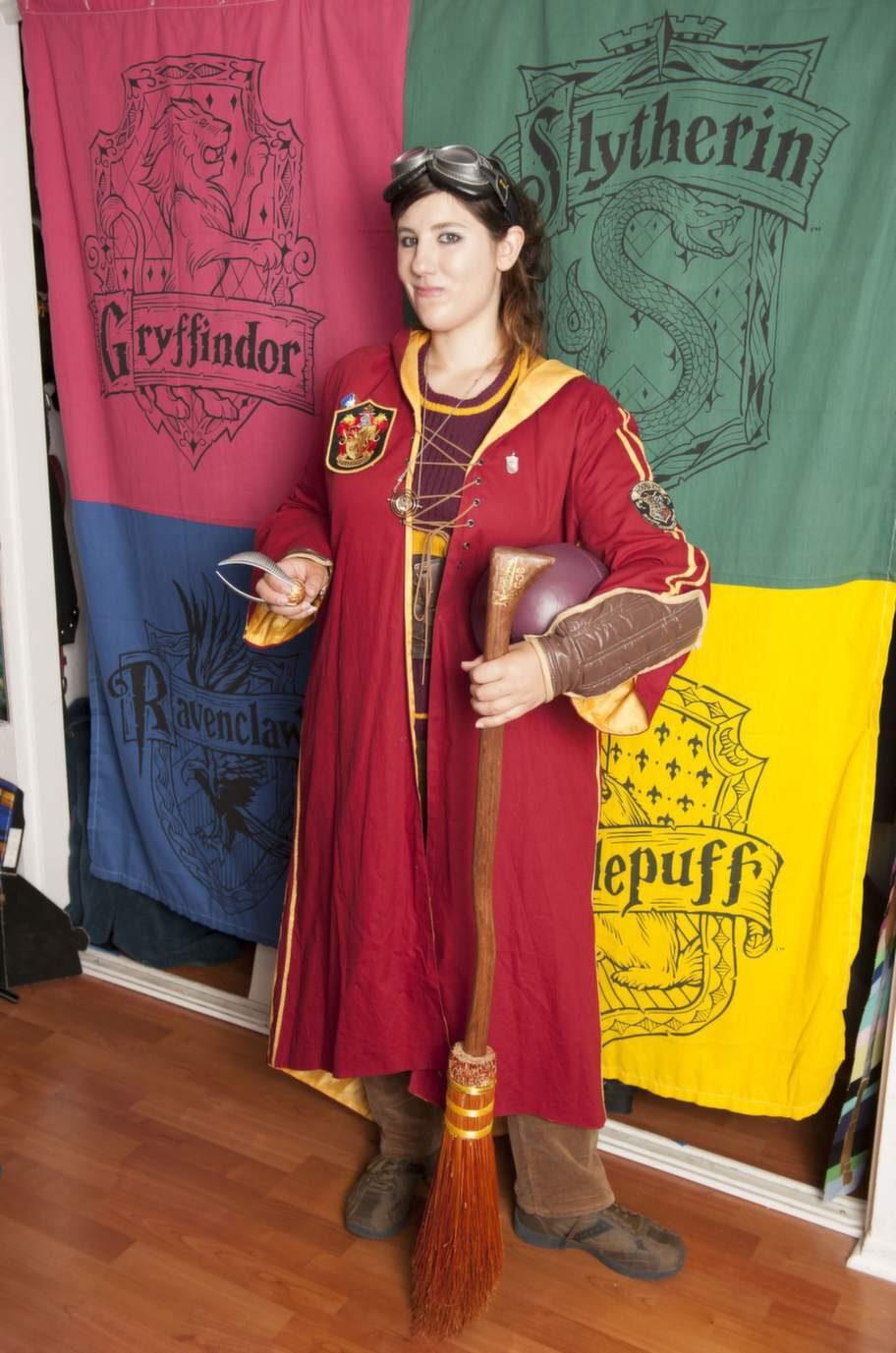 26-åringen har självklart en garderob full av quidditch-kläder. Quidditch är en fiktig bollsport från Harry Potter-böckerna.