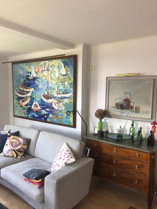 """Den stora tavlan är målad av en fransk konstnär, Gayle. Över byrån hänger en tidig målning av favoritkonstnären Tommy """"TC"""" Carlsson."""