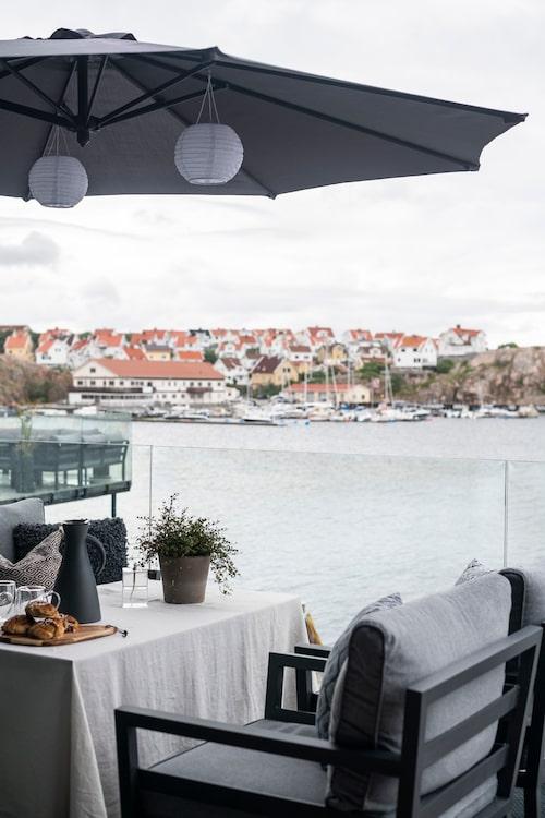 rån terrassen har man utsikt över sundet och de tusentals båtar som passerar Smögen varje dag under högsäsongen. Utemöbler, Mio.
