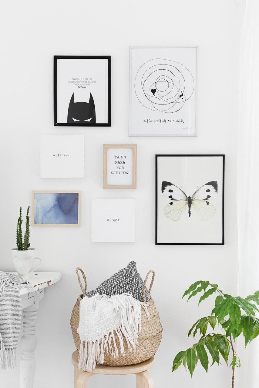 På tavelväggen i hallen blandas grafiska tryck med roliga uppmaningar. Korg, Ikea.
