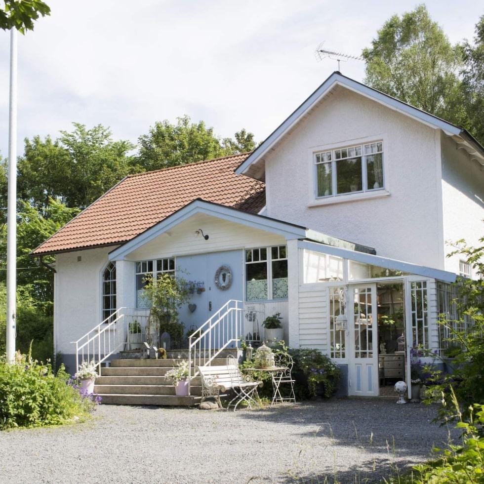 Missionshuset fyller snart hundra år. Här bor Sofia, Michael och Sol.