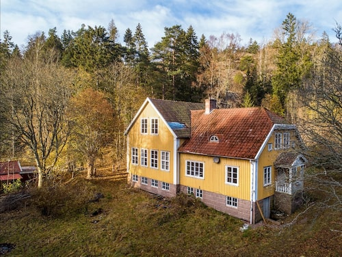 Skarstad gamla skola utanför Lysekil ligger inbäddad bland berg och träd.