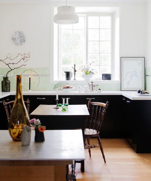 De svarta köksbänkarna är från Ikea med carrera marmorplatta. Vas och ljusstake från butiken Decor i Örebro. Tavlan är Amandas egen konst.