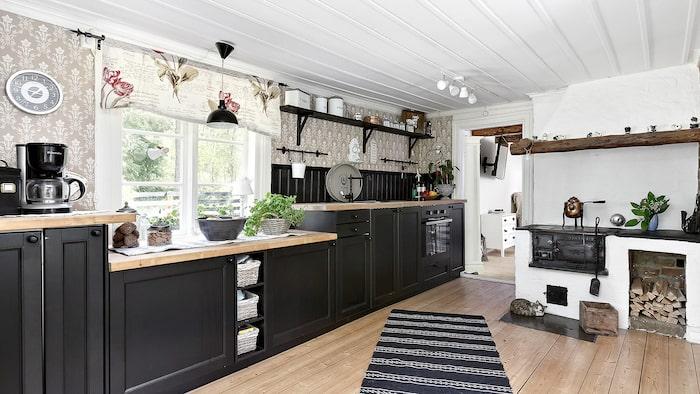 Köket är nyrenoverat. Här finns en bevarad vedspis från 1800-talet.