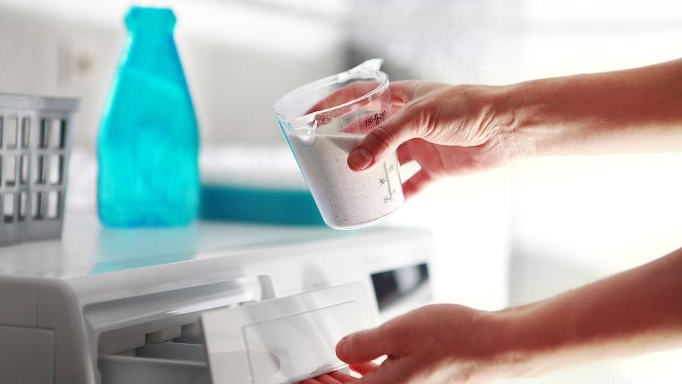 Att tvättmaskinen blir smutsig efter ett tag är inte konstigt. Har du otur kan det även bildas mögel i den vilket ofta märks på en unken doft i både maskinen och tvätten.