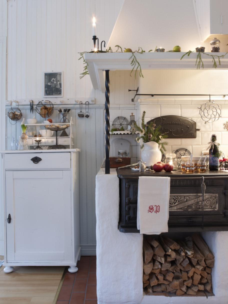 MYSIG SPISVedspisen är kökets hjärta och värmer gott. Spiskupan skapar trevnad, den har Raimo byggt av spånskivor som han sedan har putsat.