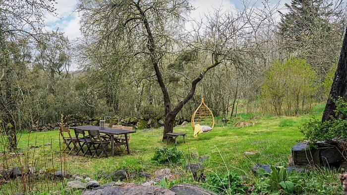 Tomten är stor och har mycket plats för lek, avkoppling och odling.