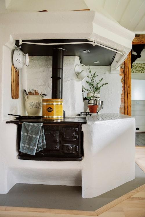 Spismuren är bevarad och ger köket karaktär.