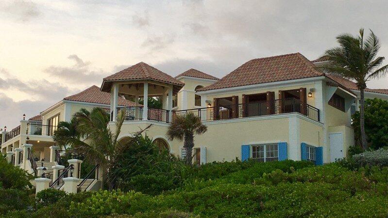 Bor du här får du grannar som modedesignern Donna Karan, artisten Keith Richards och skådespelaren Bruce Willis som alla har egna hem på ön.