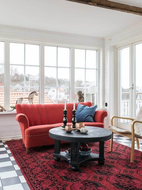 Den röda soffan är ärvd, och ursprungligen tillverkad av Björns farfars bröder som drev ett snickeri i Habo. Soffbordet är ett loppisfynd som Björn sågat av benen på och målat svart.