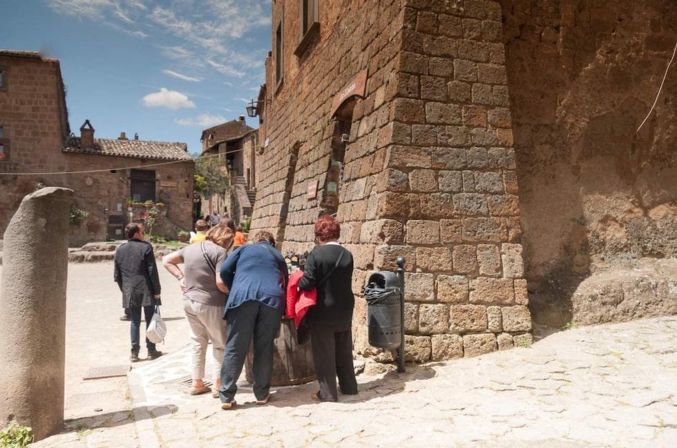I väntan på att hamna på Unescos världsarvslista har man börjat ta ut en avgift på 1,5 euro för turister som vill besöka byn.